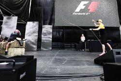 Nico Hulkenberg, Renault Sport F1 Team, prova a usare il Lasso