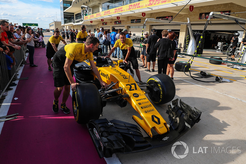 Renault Sport F1 Team mechanics with Renault Sport F1 Team RS17 in pit lane