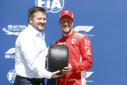 Гонщик Ferrari Себастьян Феттель и директор Pirelli Motorsport Пол Хембри