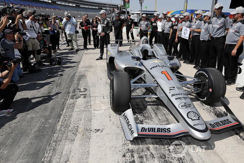 Josef Newgarden, Team Penske Chevrolet and team celebrate winning the Verizon P1 Pole Award