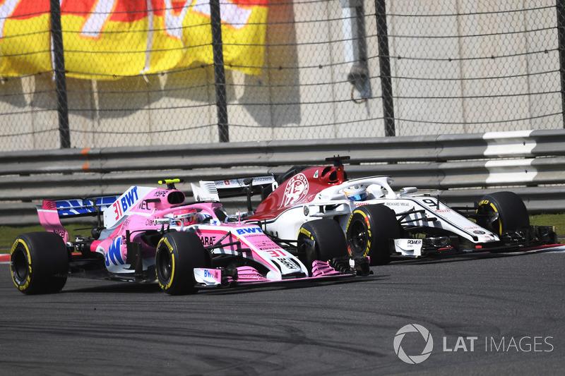 Marcus Ericsson, Sauber C37 and Esteban Ocon, Force India VJM11 battle