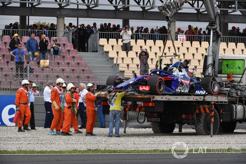 La voiture accidentée de Brendon Hartley, Scuderia Toro Rosso STR13 est ramenée aux stands