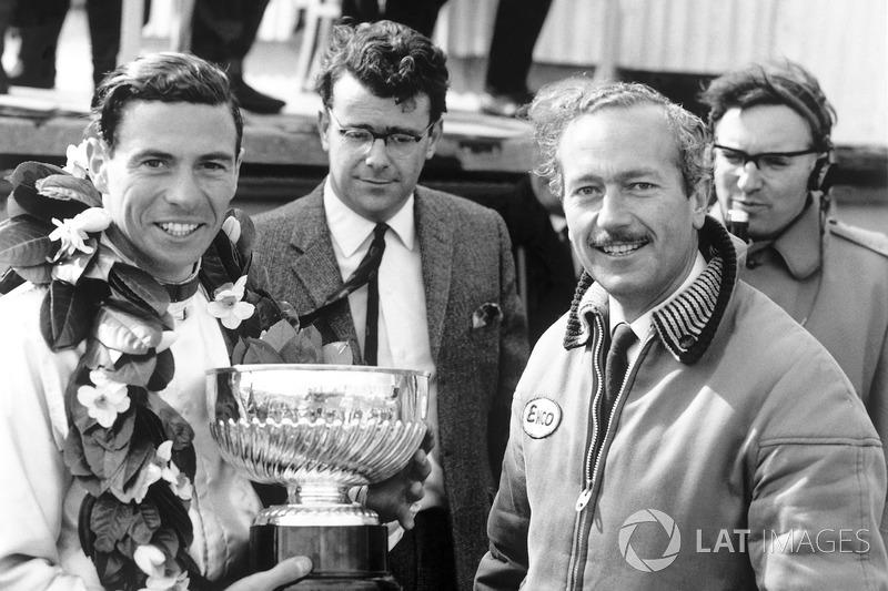 Grand Prix de Grande-Bretagne 1965 : Le vainqueur Jim Clark avec Colin Chapman