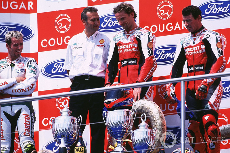 Podio: ganador de la carrera Carl Fogarty, Ducati