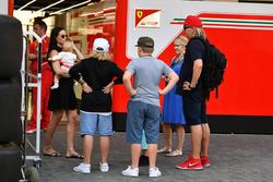 Minttu Virtanen, con Kimi Raikkonen, Ferrari, la figlia Rianna Raikkonen e la famiglia