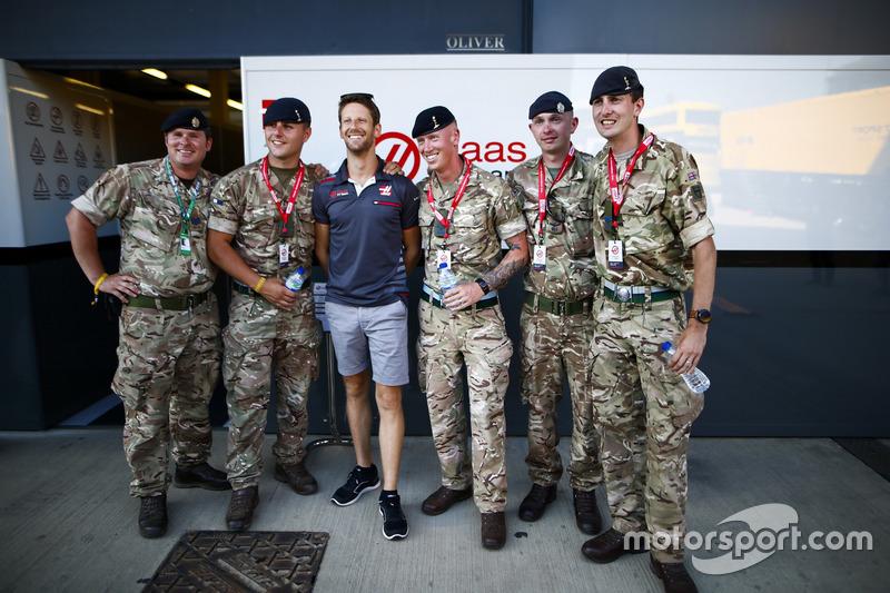 Romain Grosjean, Haas F1 Team, posa con dei militari