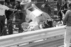 Gli shockanti resti della Hill GH1 di Rolf Stommelen, posati sul lato sbagliato dell'Armco dopo il s