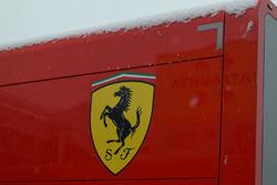 Camión de Ferrari cubierto de nieve