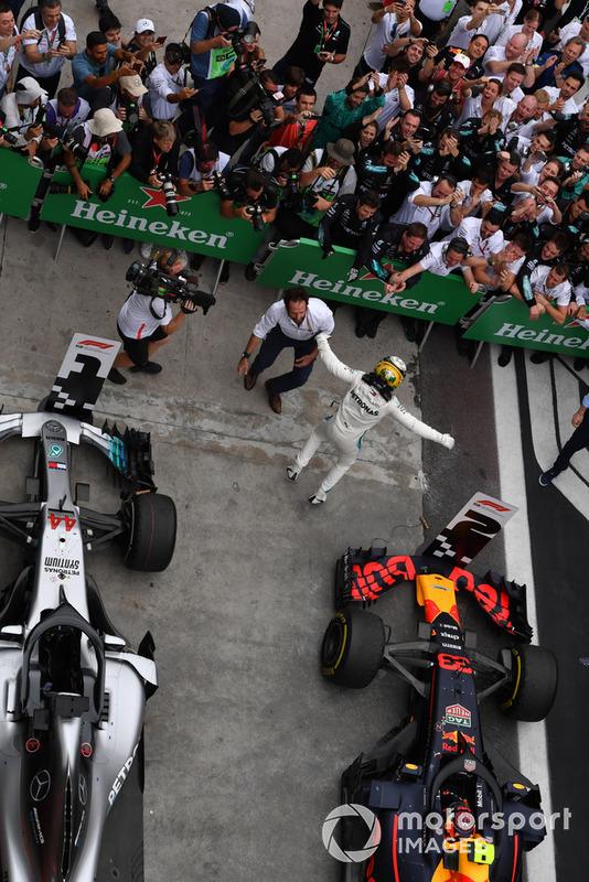 Il vincitore della gara Lewis Hamilton, Mercedes AMG F1, festeggia nel parco chiuso