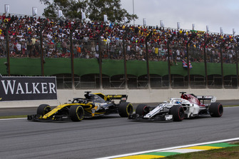 Nico Hulkenberg, Renault Sport F1 Team R.S. 18 and Marcus Ericsson, Sauber C37 battle