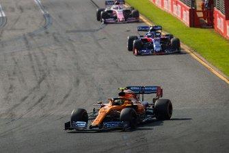 Lando Norris, McLaren MCL34, Alexander Albon, Toro Rosso STR14, y Sergio Perez, Racing Point RP19