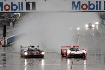 #77 Mazda Team Joest Mazda DPi, DPi: Oliver Jarvis, Tristan Nunez, Timo Bernhard, #6 Acura Team Penske Acura DPi, DPi: Juan Pablo Montoya, Dane Cameron, Simon Pagenaud, start