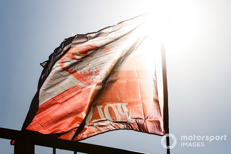 Una bandera polaca vuela en apoyo de Robert Kubica, Williams Racing