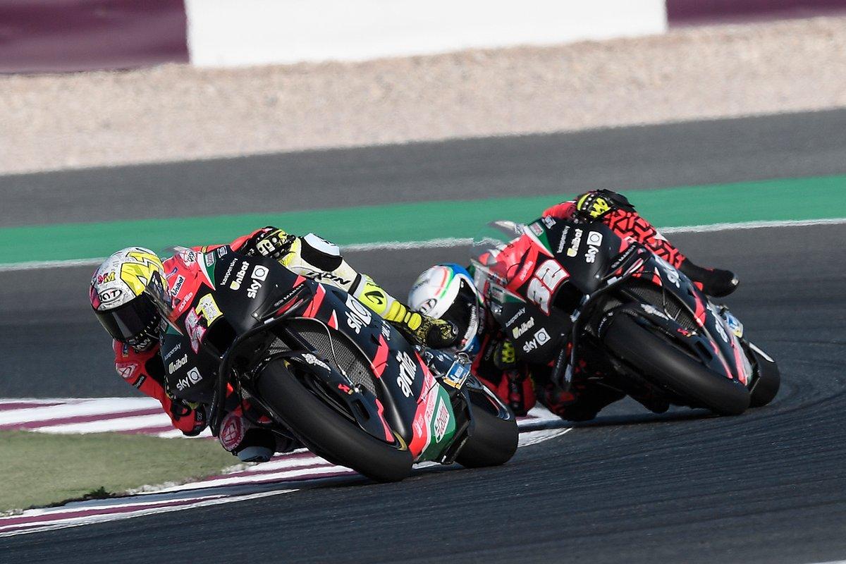 Aleix Espargaro en Lorenzo Savadori tijdens de Grand Prix van Qatar