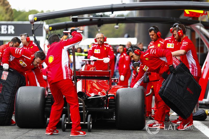 Kimi Raikkonen, Ferrari SF71H, makes a pit stop