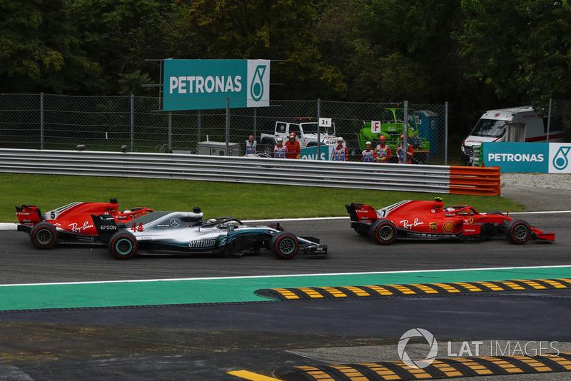 Sebastian Vettel, Ferrari SF71H y Lewis Hamilton, Mercedes AMG F1 W09 se tocan