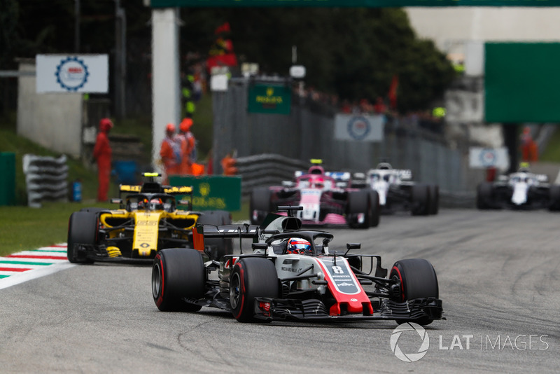 Romain Grosjean, Haas F1 Team VF-18, Carlos Sainz Jr., Renault Sport F1 Team RS 18, y Esteban Ocon, Racing Point Force India VJM11