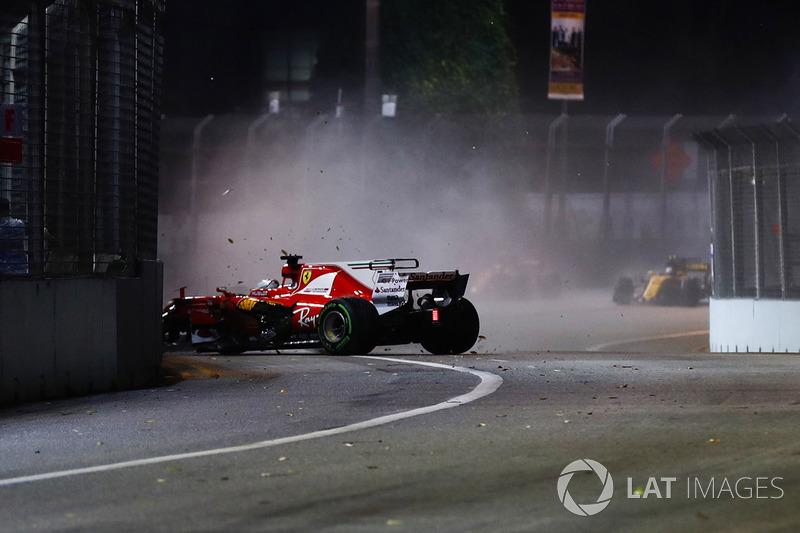 Provavelmente devido aos danos, Vettel rodou após a curva 3 e bateu de frente no muro.