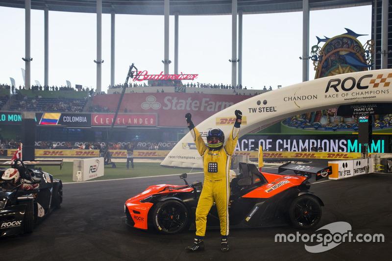 Juan Pablo Montoya, celebra su coronación de campeón de campeones