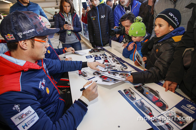 Thierry Neuville, Hyundai Motorsport firma autógrafos para los fans