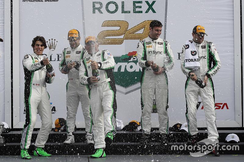 Podium GTD: primer lugar, Daniel Morad, Jesse Lazare, Carlos de Quesada, Michael de Quesada, Michael Christensen, Alegra Motorsports