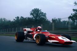 La Ferrari 312B percorre il rettifilo Ascari del Circuito di Monza per le riprese del documentario di cui è protagonista. Alla guida Paolo Barilla.