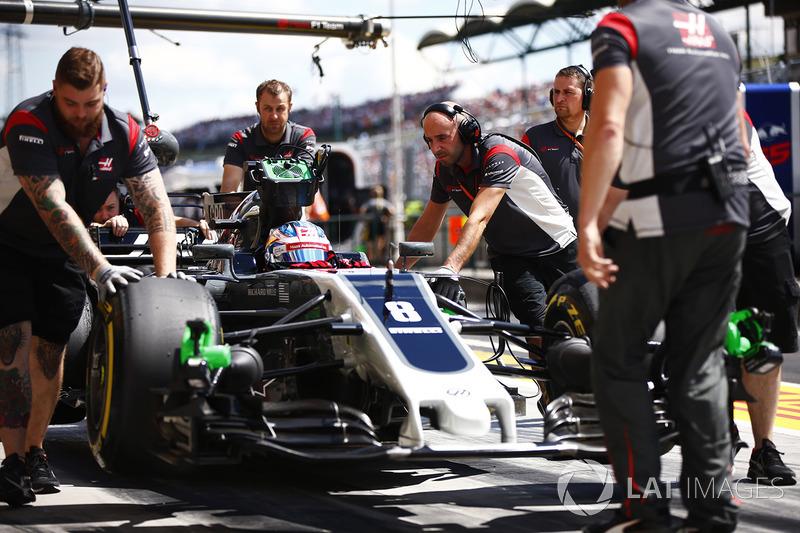 Mechanics attend to Romain Grosjean, Haas F1 Team,en su pit box