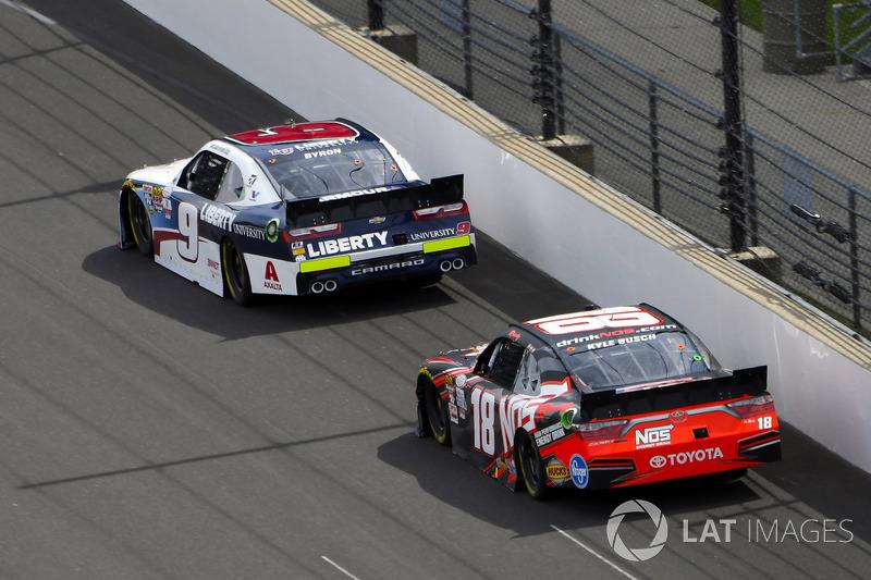 William Byron, JR Motorsports Chevrolet y Kyle Busch, Joe Gibbs Racing Toyota