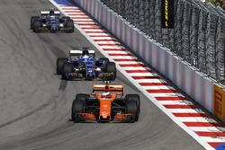 Stoffel Vandoorne, McLaren MCL32, Marcus Ericsson, Sauber C36, Pascal Wehrlein, Sauber C36-Ferrari