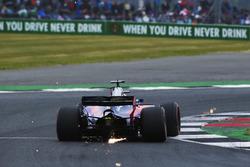 Daniil Kvyat, Scuderia Toro Rosso STR12 envoie des étincelles en l'air