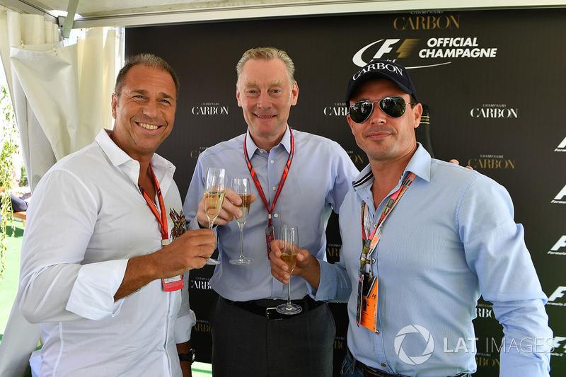 Kai Ebel, RTL Presentador con Alex Mea y Sean Bratches, Formula One Managing Director Comercial