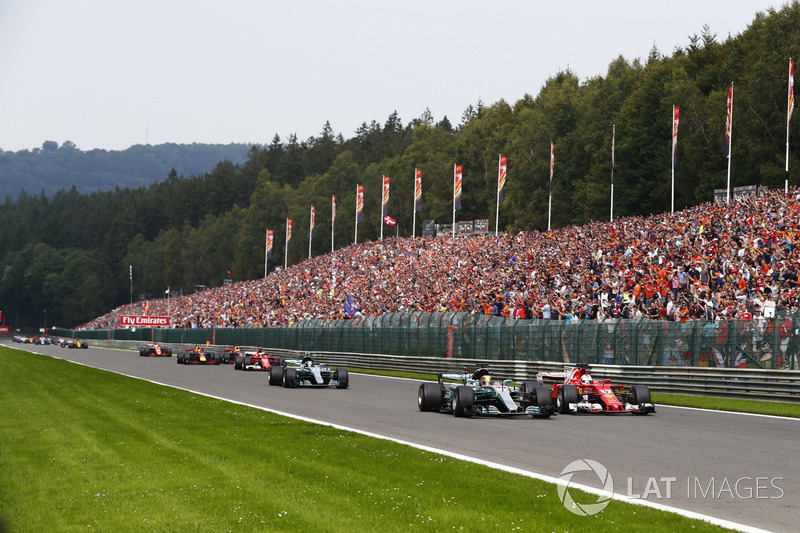 Lewis Hamilton, Mercedes AMG F1 W08, batalla con Sebastian Vettel, Ferrari SF70H, Valtteri Bottas, Mercedes AMG F1 W08, Kimi Raikkonen, Ferrari SF70H, Max Verstappen, Red Bull Racing RB13 y Daniel Ricciardo, Red Bull Racing RB13 en la primera vuelta