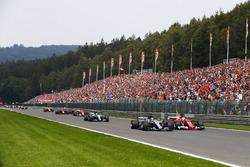 Lewis Hamilton, Mercedes AMG F1 W08, battles Sebastian Vettel, Ferrari SF70H, ahead of Valtteri Bottas, Mercedes AMG F1 W08, Kimi Raikkonen, Ferrari SF70H, Max Verstappen, Red Bull Racing RB13 and Daniel Ricciardo, Red Bull Racing RB13 on the opening lap