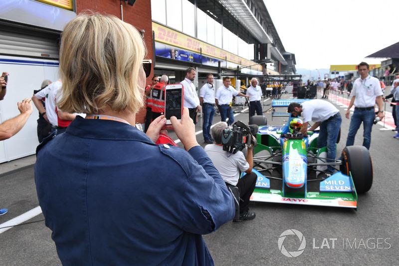 Sabine Kehm fotografiert Mick Schumacher im Benetton B194-5