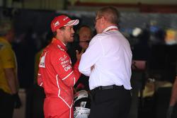 Sebastian Vettel Ferrari y Ross Brawn, fórmula uno gestión de Director de deportes de motor en parc ferme