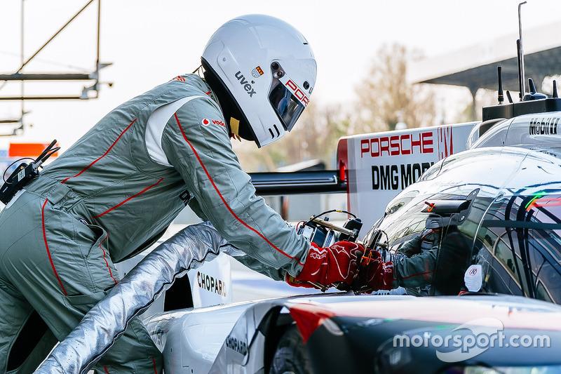 Porsche Team team member fueling the #1 Porsche Team Porsche 919 Hybrid: Neel Jani, Andre Lotterer,