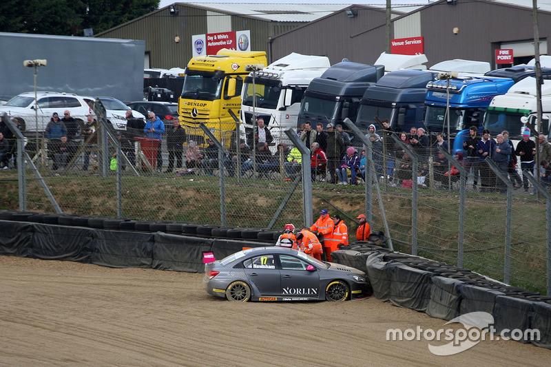 Dave Newsham, BTC Norlin Racing Chevrolet Cruze crash