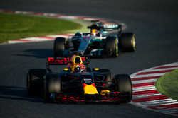 Max Verstappen, Red Bull Racing RB13 y Lewis Hamilton, Mercedes AMG F1 W08