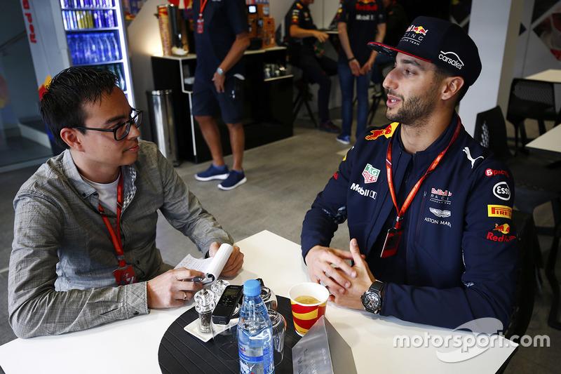 Daniel Ricciardo, Red Bull Racing, talks to Motorsport.com reporter Erwin Jaeggi