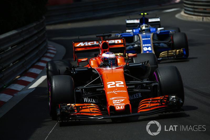 Jenson Button, McLaren MCL32, Pascal Wehrlein, Sauber C36-Ferrari