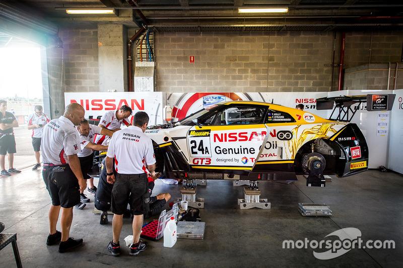 Coche #24 Nissan Motorsport, Nissan GT-R Nismo GT3: Florian Strauss, Todd Kelly, Jann Mardenborough es reparado