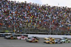 Martin Truex Jr., Furniture Row Racing Toyota, Kyle Larson, Chip Ganassi Racing Chevrolet restart