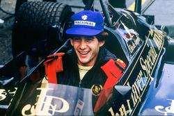 Ayrton Senna, Lotus 97T-Renault, siede nella monoposto del compagno di squadra Elio de Angelis ai box