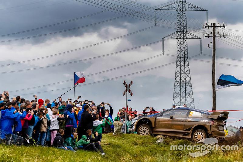 Зрители и Отт Тянак, Ford Fiesta WRC