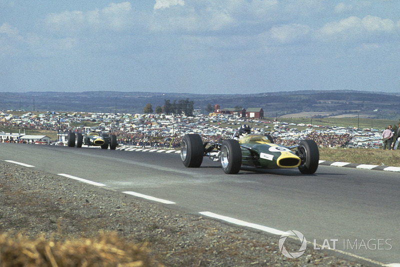 Грем Хілл (Lotus 49 Ford) попереду Джима Кларка (Lotus 49 Ford)