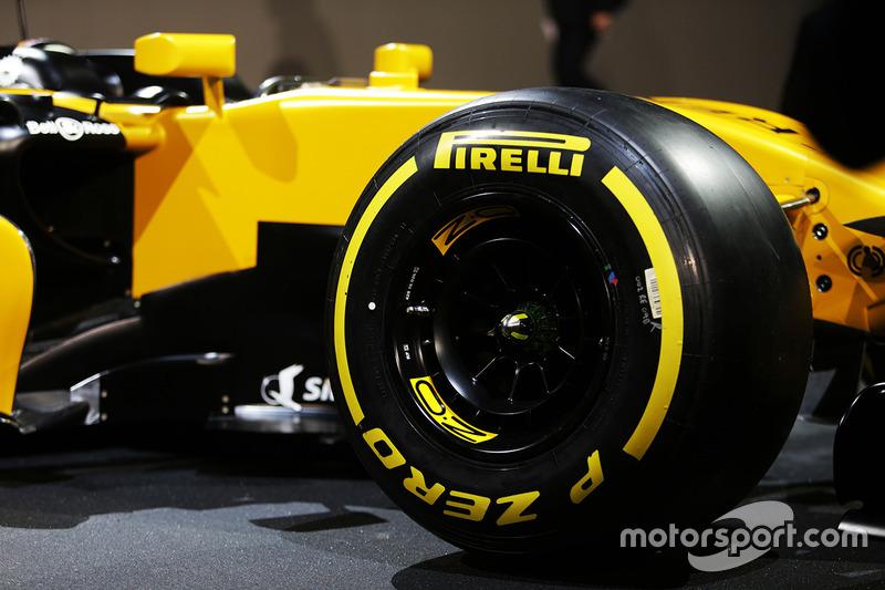 Renault Sport F1 Team RS17 - шина Pirelli