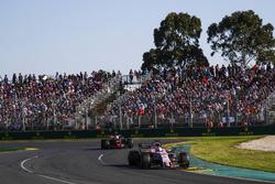 Sergio Pérez, Force India VJM10 y Kevin Magnussen, Haas F1 Team VF-17