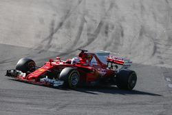 Sebastian Vettel, Ferrari SF70H, devant Max Verstappen, Red Bull Racing RB13, et Lewis Hamilton, Mercedes AMG F1 W08