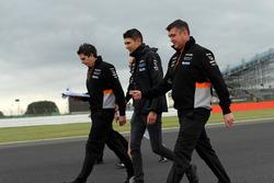 Esteban Ocon, Sahara Force India F1, Bradely Joyce, Sahara Force India ingeniero de carrera caminan por el circuito