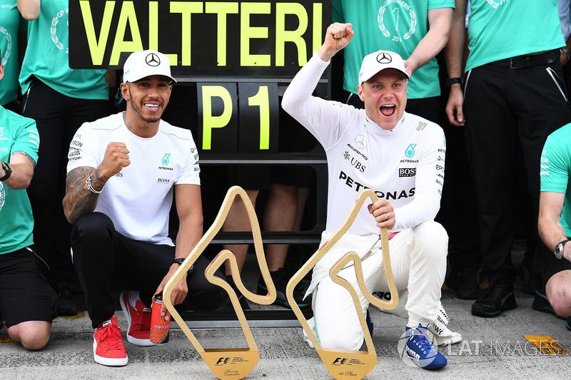 Race winner Valtteri Bottas, Mercedes AMG F1 celebrates with Lewis Hamilton, Mercedes AMG F1 and the